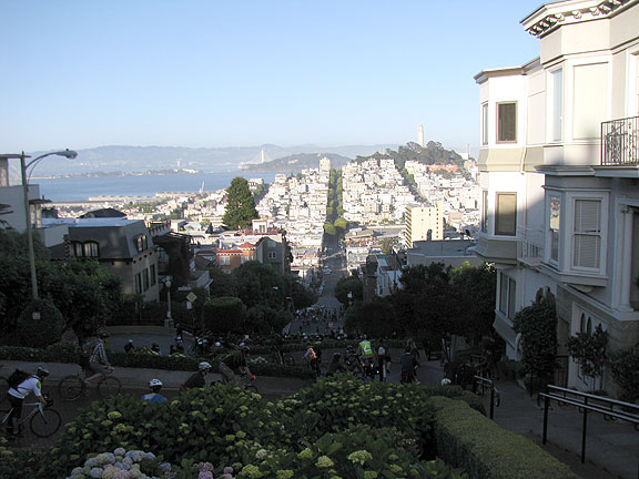 Longer view of the descent on Lombard.